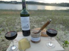 A picnic close to the L'Escourou lake