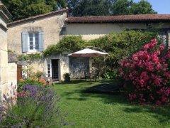 Delightful Cottage close to Aubeterre sur Dronne