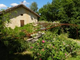 Beautiful Gîte with Private Terrace on 40 Acres, Lot, Occitanie