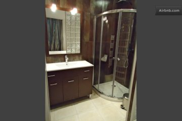 Modern en suite shower room