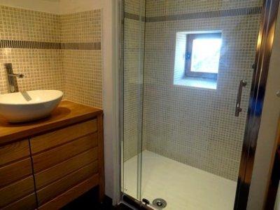 Ensuite modern bathroom & WC