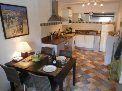Full kitchen/dining