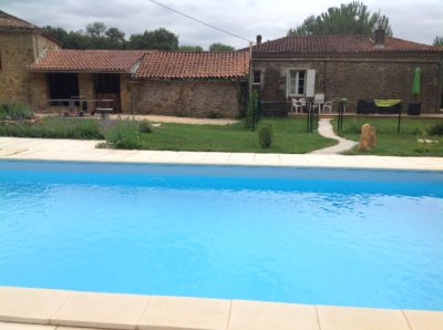 10 x 5 m salt pool open June/October. Barn with table tennis area.