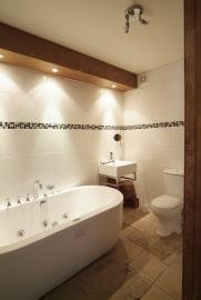 Downstairs ensuite with jacuzzi bath